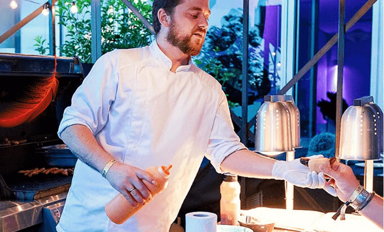 yourfood Catering aus Köln: Wurst vom Grill im Brot auf die Hand